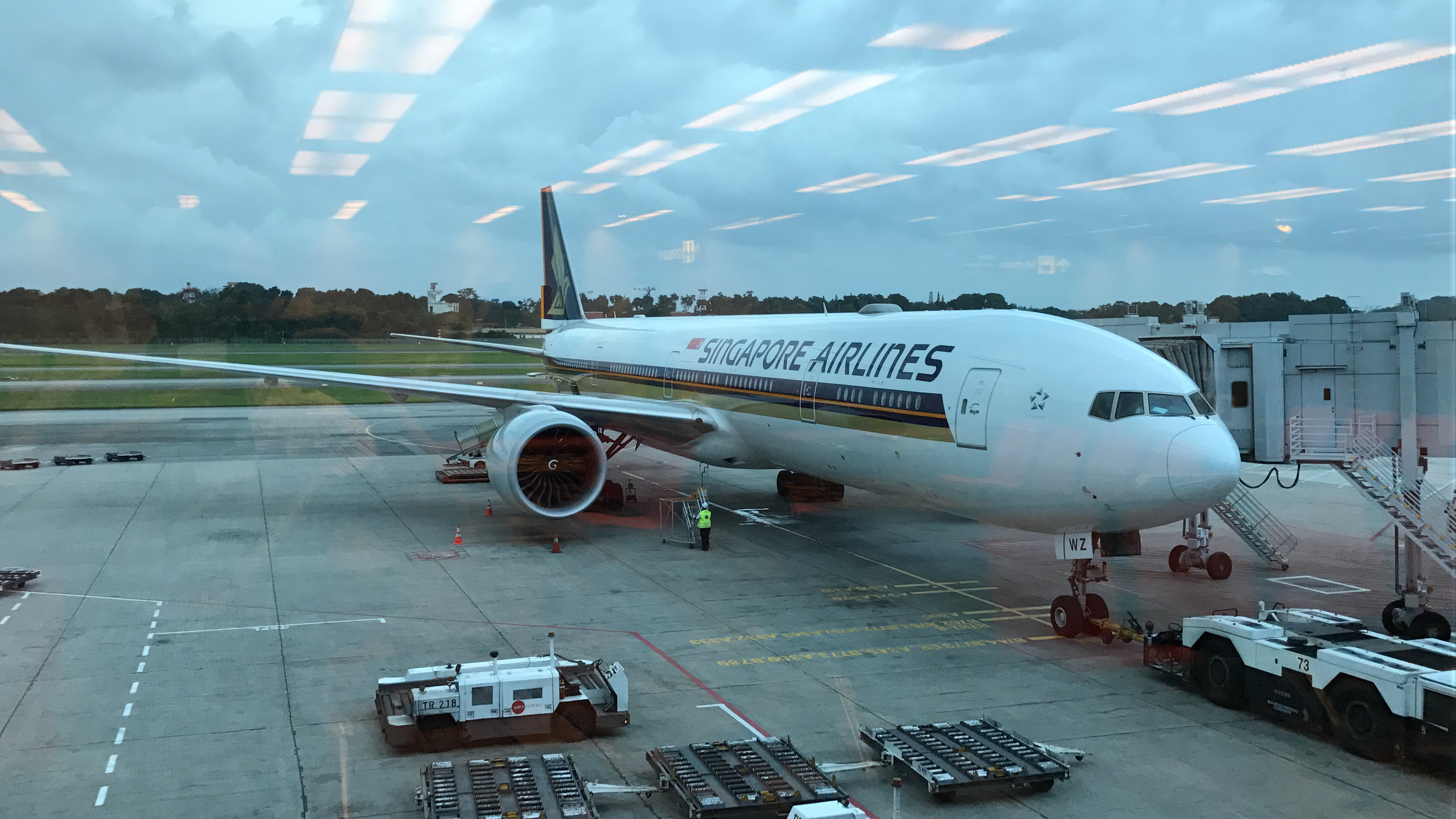 Singapore Airlines First Class Boeing 777-300ER Singapore to Hong ...